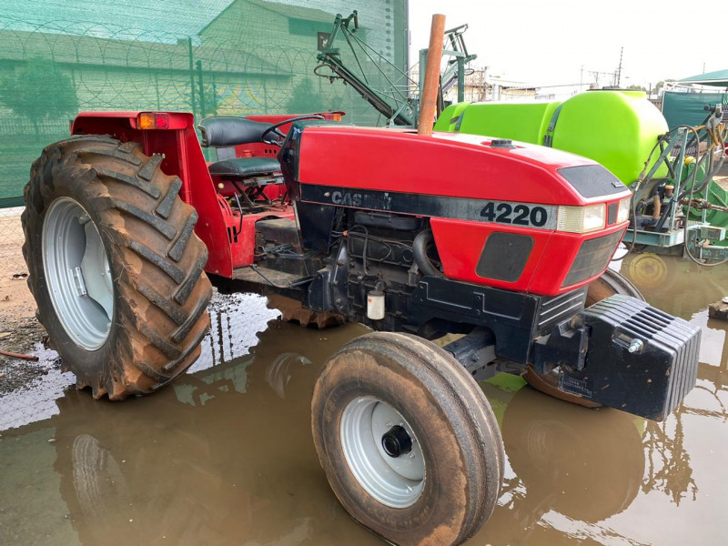 CASE 4220 tractor